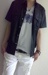 黒シャツと白いパンツのまさにモノトーンで攻めたスタイルです。.jpg